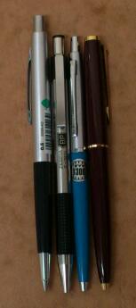 ゼブラの青軸の旧いボールペンと新しいボールペン F-301A