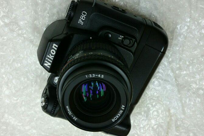 Nikon 銀塩 F80 に MB-16 を買ってやりました。